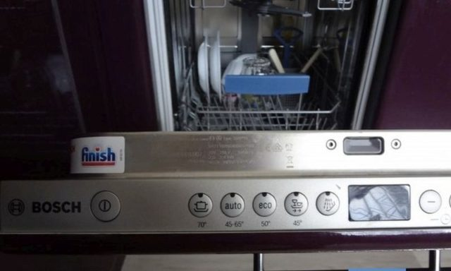 Почему в посудомоечной машине остается пена на дне или течет из нее