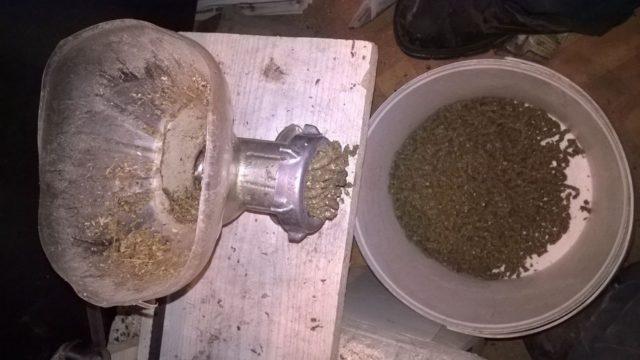 Как сделать гранулятор для комбикорма из мясорубки своими руками