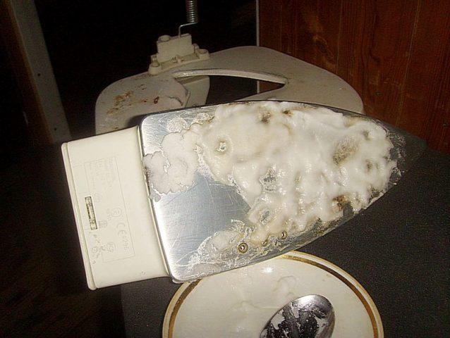 Как очистить подошву утюга солью в домашних условиях