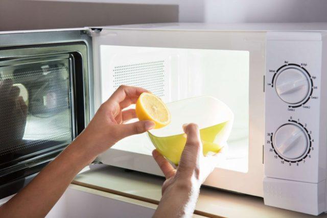Как убрать неприятные запахи из микроволновки