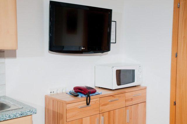 Можно ли поставить телевизор на микроволновку или вешать над ней