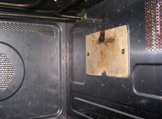 Почему и что делать, если микроволновка искрит внутри
