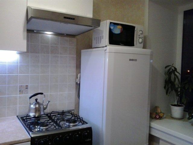 Можно ли поставить микроволновку на холодильник или установить рядом